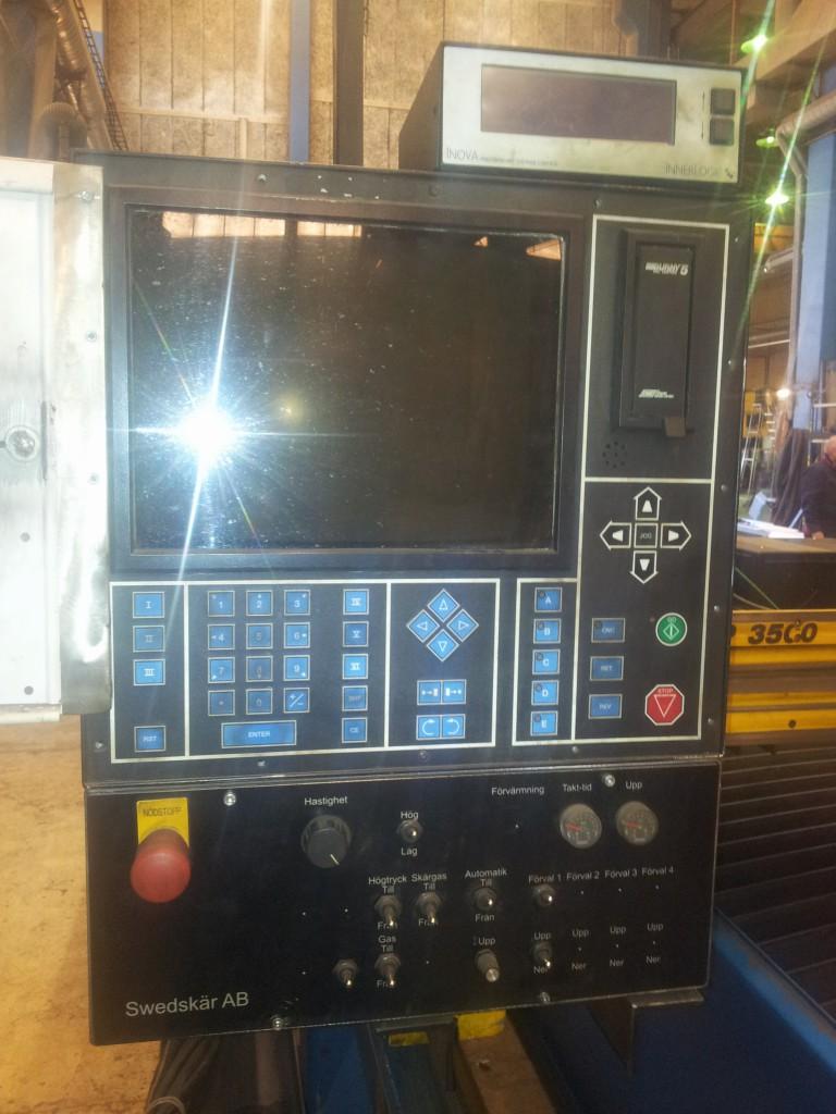 Tidig ombyggnad av en Esab CXC skärmaskin. Med Burny 5 styrning och SwedCut manöverpanel för styrning av gas och höjdhållningsautomatiken.