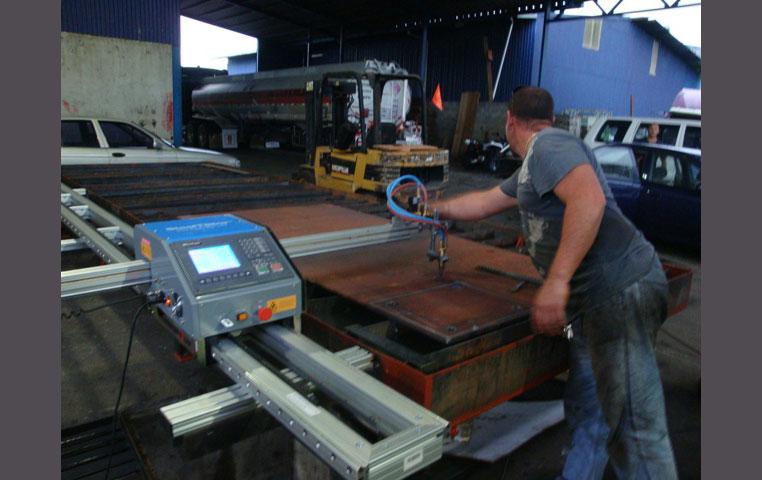 SteelTailor skärmaskin fast monterat på skärbord.